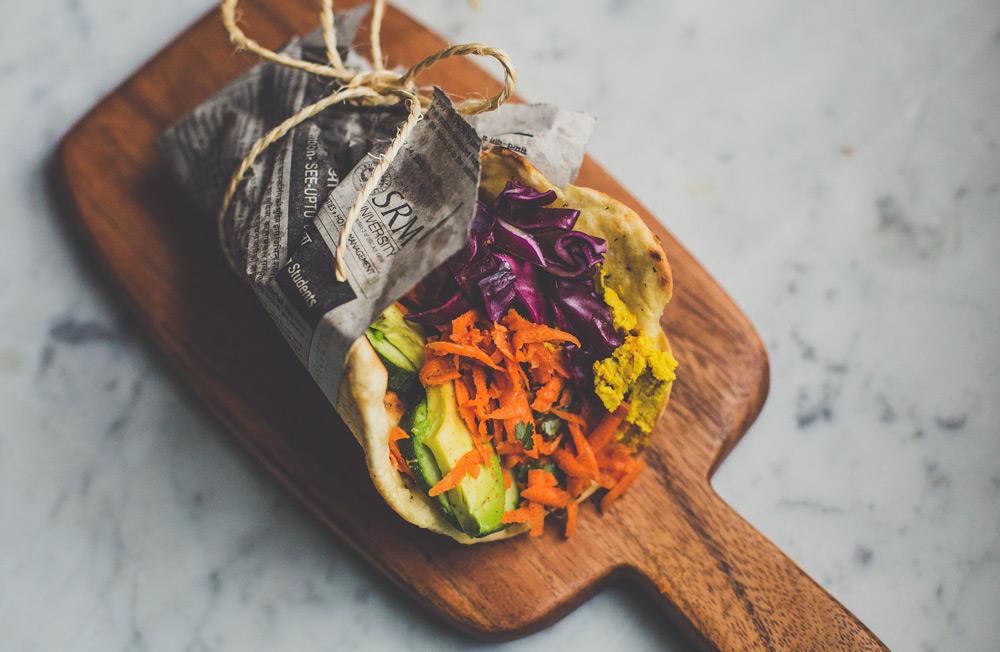 naanbrood met kerriehummus en wortelsalade